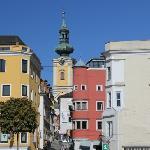 Blick vom Stadtplatz zur Kirche