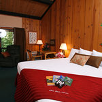 Shawnee Lodge king guestroom