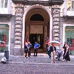Via Toledo 185: Banca Intesa mit Caravaggio
