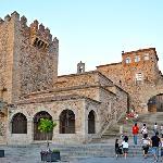 Acceso desde la plaza de mayor con la torre de Bujaco