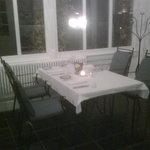 Die Tische im Wintergarten sind schlicht aber das Restaurant war leer