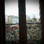 Vista por la ventana con balcon