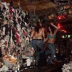 bariste che ballano sul bancone