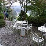 美術館に付属する喫茶室のテラス席です。