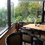 喫茶室内の一角です。見晴らしが良い席です。