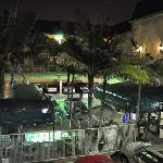 Blick auf den Mini-Pool mit Eingangsbereich