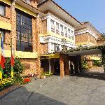 Shangri-La Hotel front approach