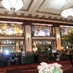 detalle de la decoración del techo del salón/lobby