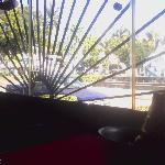 Vista de la mesa a calle con restaurante  The Planet Holliwood