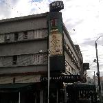 Frente do prédio. Já dá uma idéia do estado do hotel.