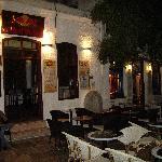 IOS - petite place avec bars à CHORA