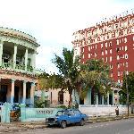 Vue de l'hôtel et l'école primaire à l'avant plan