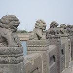 盧溝橋の欄干;狛犬が並んでいます。