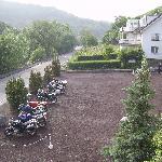 Blick auf Parkplatz und Gästehaus