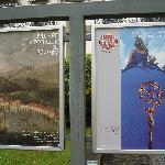 Ankündigungstafeln der beiden im Schloss untergebrachten Museen
