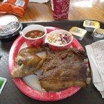 Menú de spareribs y pollo, ensalada de col y porotos