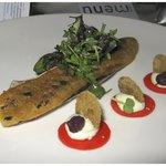 Voorgerecht met makreel, krokant gebakken op dungesneden ciabattabrood, geleid van watermeloen,