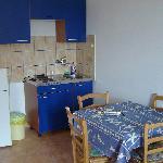 Cocina y comedor en la habitación triple.
