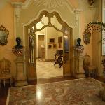 Im Inneren ist jeder Raum mit Kunstwerken angefüllt
