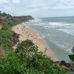 вид со скалы на пляж