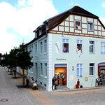Außenansicht mit neuer, künstlerisch gestalteter Fassade