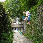 """Eingang zur Grottenbahn mit """"modernem"""" Zwerg"""