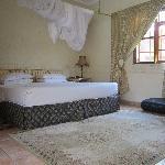 grande chambre avec mini bar et air conditionné