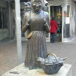 Oma Duhnsen am Eingang der Markthalle Hannover
