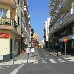 Hotel, links wo die Bäumchen vor stehen