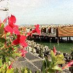 Blick auf die Pavillons über dem Wasser