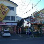 函館ベイエリア、焼き鳥丼で有名なハセガワストアは真横です。