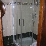 Bagno stanza 1 (senza bidet). Entrando sulla sinistra c'è il lavandino con specchio, asciugacape