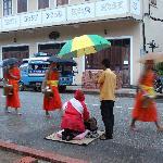 The Chan Inn Hotel - cerimonia offerte ai monaci di fronte all'hotel
