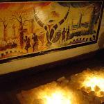 Pierres éclairées au sol et reflet sur un beau tableau Malgache
