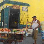 Cartagena, calle ciudad amurallada, hombre con carro vendiendo frutas