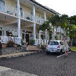 Parkplätze vor und hinter dem Hotel vorhanden
