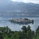 uitzicht op isola san giulio , linksboven madonna del sasso