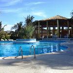 Vue sur la piscine et l'espace restauration