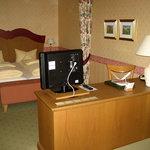 Schreibtisch und Betten