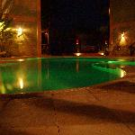 "La piscina della posada ""by night""."