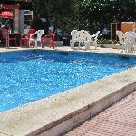 piscine en bas de l'hôtel