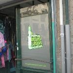entrada do hostel (o hostel fica nos andares acima de uma loja de produtos de artesanato )