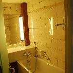 Tulip Inn bathroom