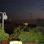 dakterras hotel met zicht op piazza venezia daar in de verte het monument aan victorio emanuelle