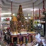 Woodfield Mall 5 min. From Days Inn