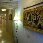 los pasillos del hostal , decorados con arte rupetre