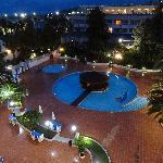 entorno, piscina, jardines muy bonito.
