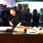 chef Maurice Koop geeft instructie bij een Sushi cursus.