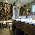 Birch Junior Suite bathroom tub/shower
