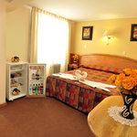 nuestras habitaciones cuentan con baño propio, agua caliente las 24 horas del día, TV cable, int
